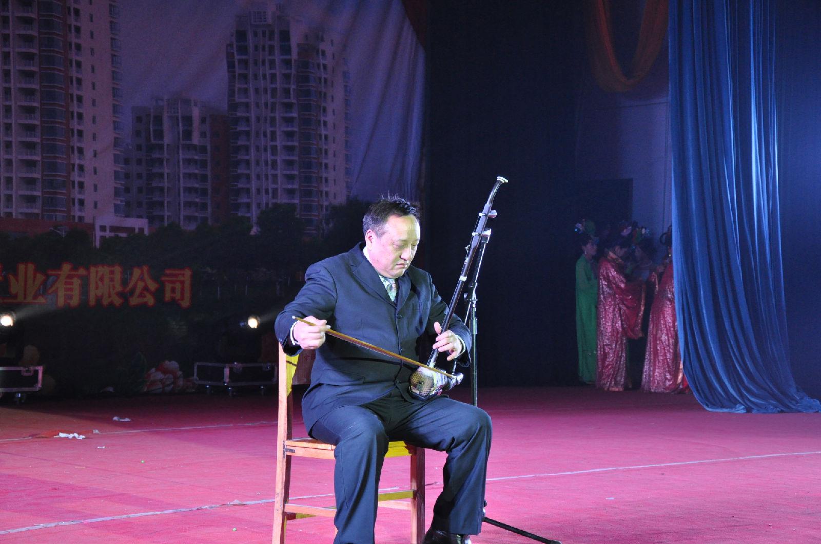 南阳市著名青年歌手门红霞的《人间第一情》等节目让观众们目不暇接